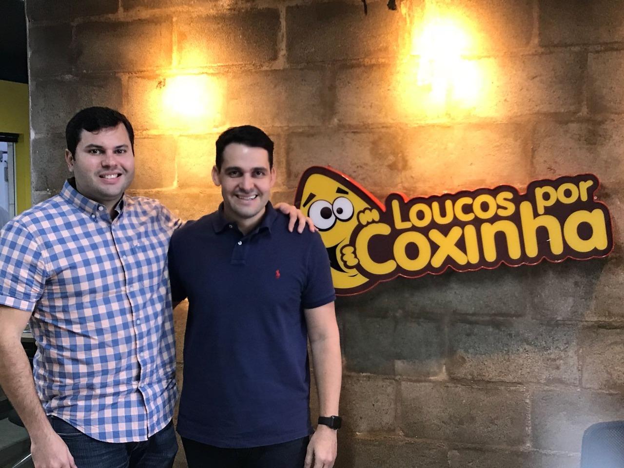 Os empresários Vitor Azevedo e Pablo Farias comemoram o resultado da seleção
