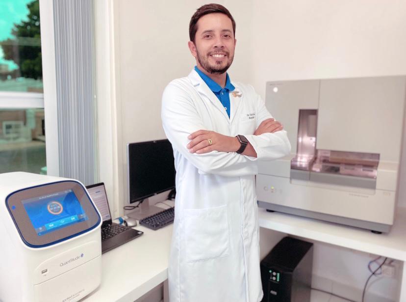 Victor Lima, coordenador de biologia molecular do DNA CENTER, ao lado de sequenciador genético