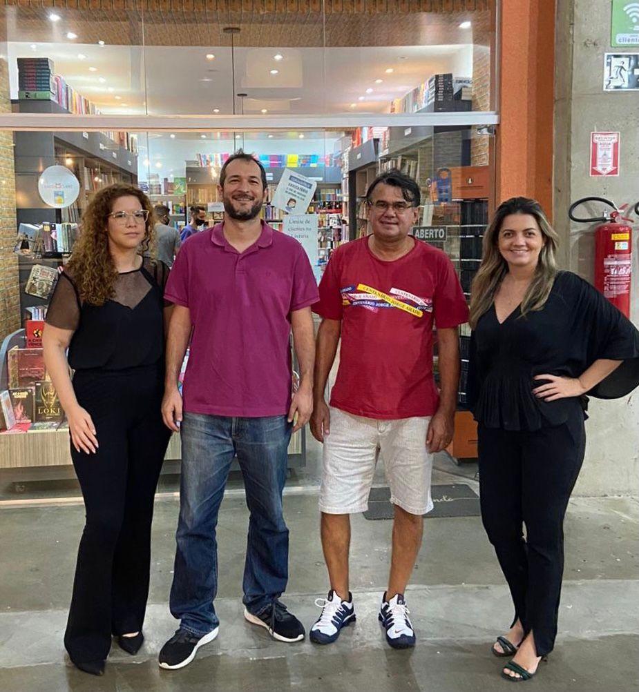 Diretoras do Shopping, Maria Elisa Bezerra e Larissa Marinho com o escritor Carlos Fialho